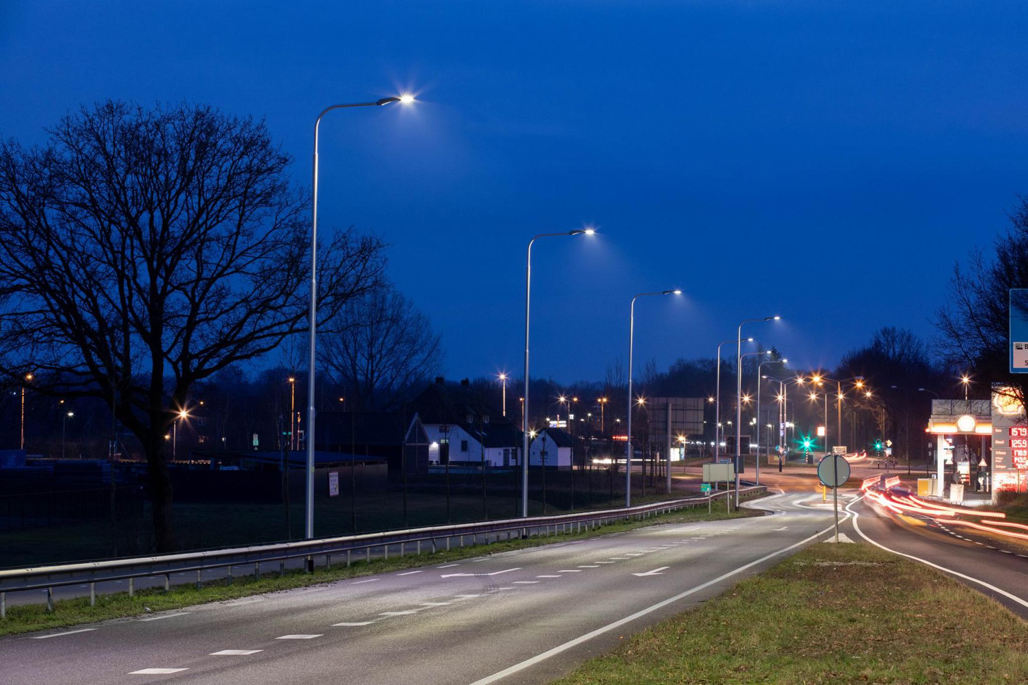 Luminarias quantum alumbran el camino entre Beuningen y Winchen en Países Bajos